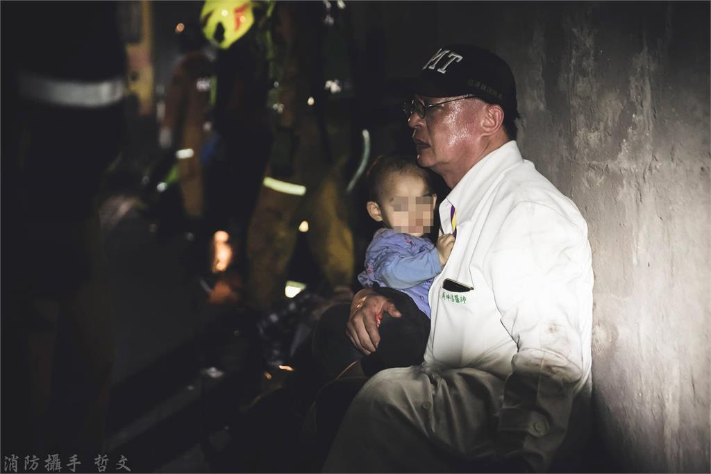 吳坤佶醫生緊抱受驚嚇的幼童。圖/蔡哲文授權提供