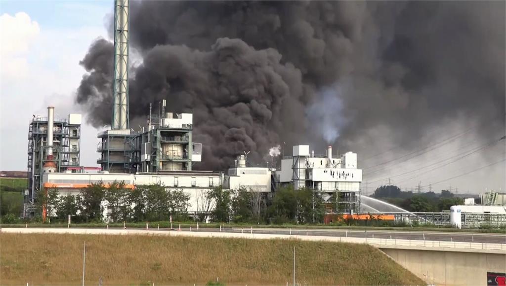 德國勒沃庫森化工廠爆炸冒黑濃煙。圖/翻攝自AP Direct