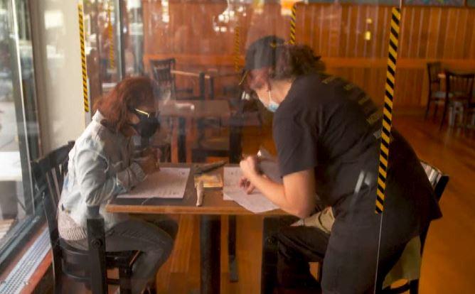 紐約防疫有成,餐廳開放,不過人數控制在25%以內。圖:翻攝自AP direct