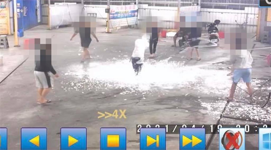 9名高中生到自助洗車場大玩高壓水槍和泡沫槍。圖/台視新聞