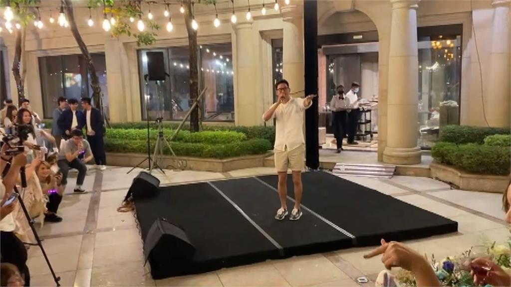 周興哲「突襲」婚禮獻唱 新人、賓客超驚喜
