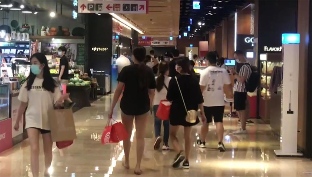 全國三級警戒延長到7月12日,但北部某百貨公司這個週末已經湧現人潮。圖/台視新聞
