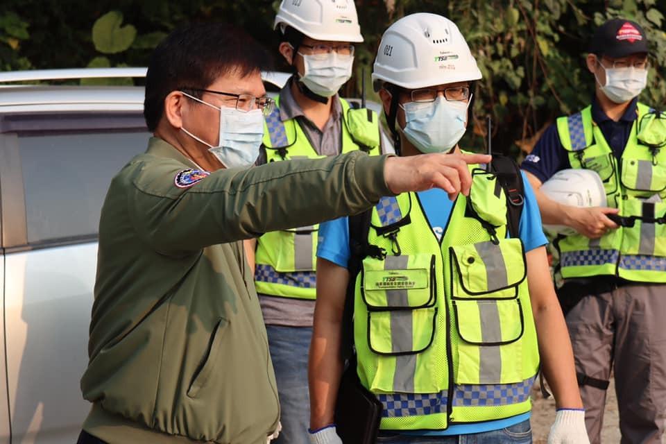 交通部長林佳龍(左)。圖/翻攝自Facebook@forpeople