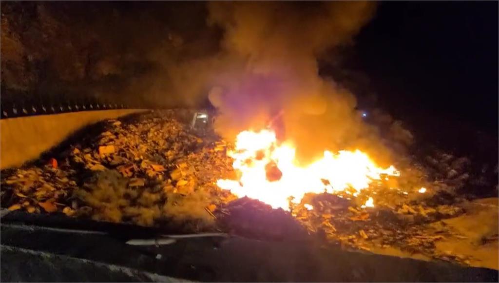 18日晚間綠島垃圾掩埋場突然發生火警。圖/台視新聞