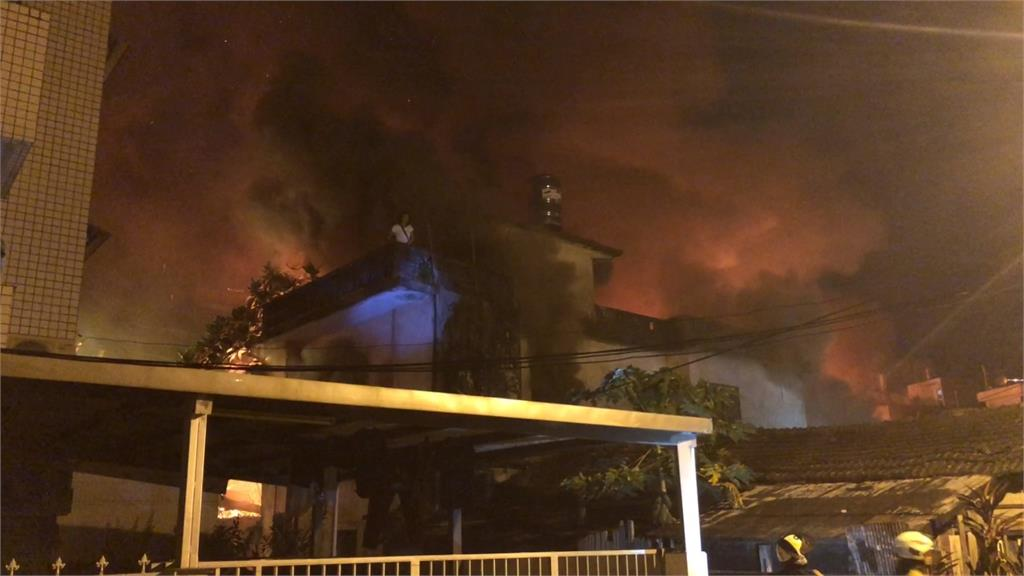 花蓮市一棟3層樓的民宅,半夜傳出惡火。圖:台視新聞