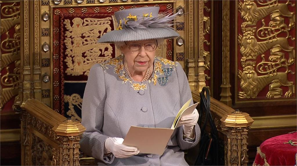 女王依例進行國會演說,這也是她自菲利普親王過世後,首次重大公務行程。圖/翻攝自AP Direct