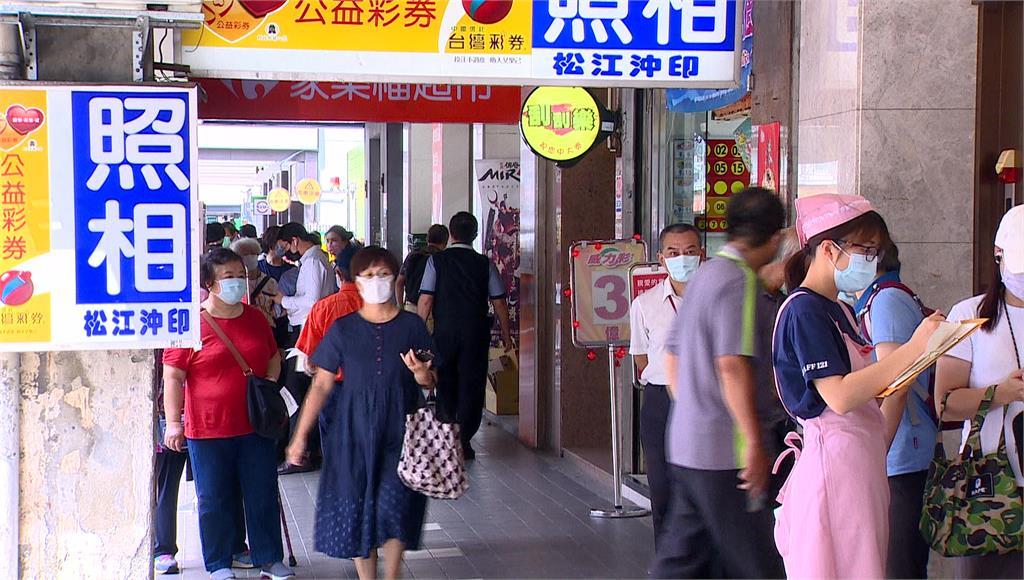 台北知名餅店外滿滿排隊人潮。圖/台視新聞