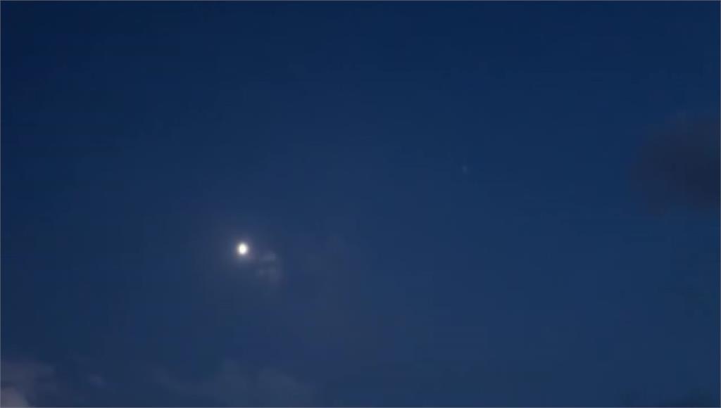 今天晚上隨午後雷陣雨殘留雲系漸退,越晚看到月亮的狀況越佳。圖/台視新聞(資料照)