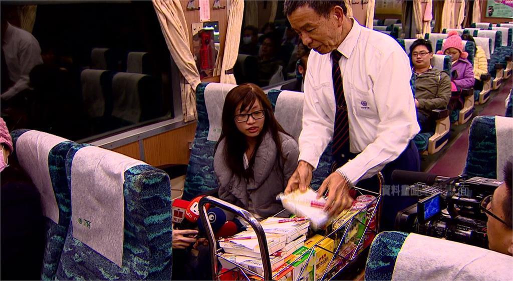 雙鐵逐步解封,台鐵6/7起恢復車廂餐飲服務。圖:台視新聞