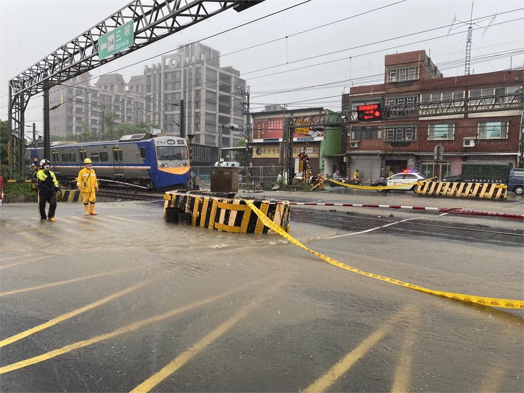 台鐵尖山埔路平交道一度淹水停駛。圖/讀者提供