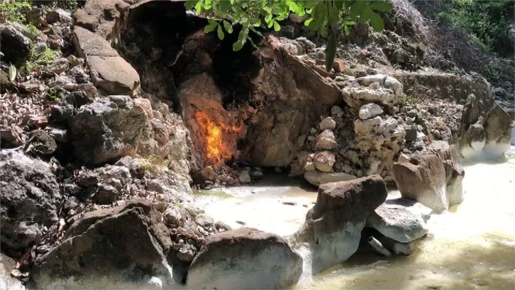 知名觀光景點「水火洞」因缺水,只剩火獨自燃燒。圖/台視新聞
