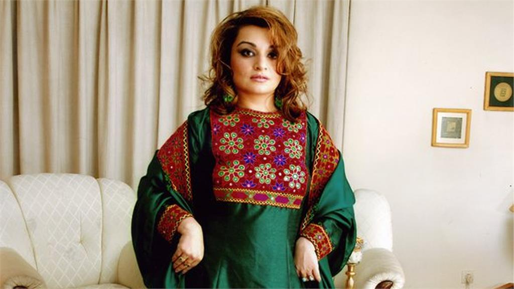 有阿富汗裔女性在網路上串連,穿上色彩鮮豔的傳統服飾,再把照片上傳到社群網站。圖/翻攝自Twitter@RoxanaBahar1