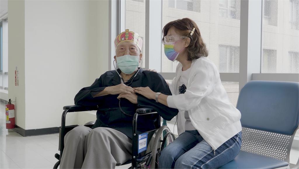 103歲人瑞確診新冠險熬不過 三週後出院高喊「謝...