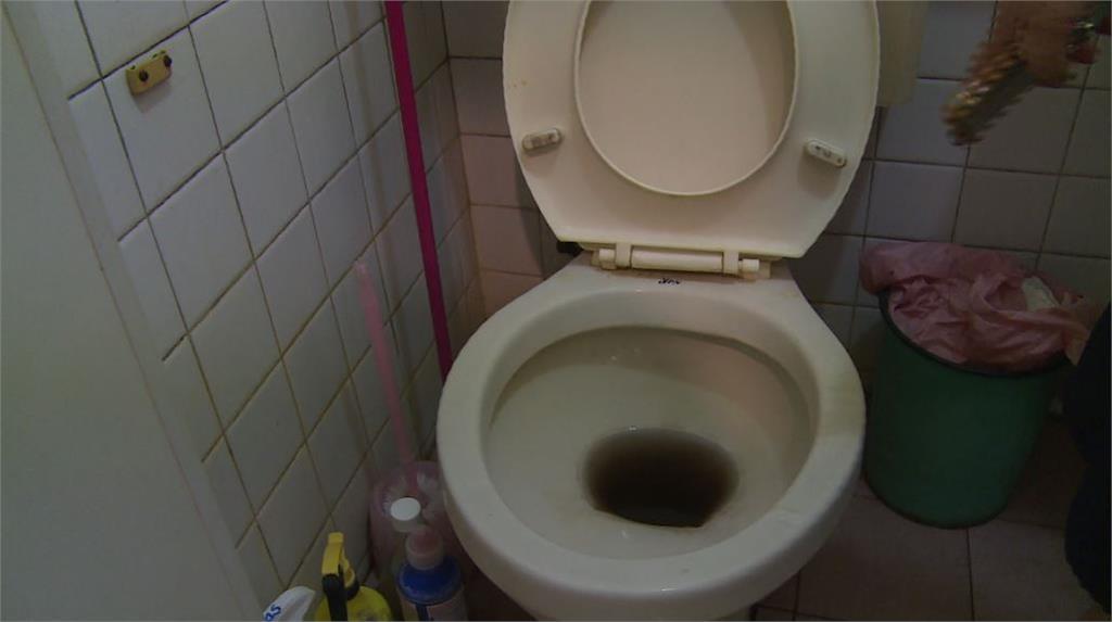 馬桶充滿汙水。圖/台視新聞