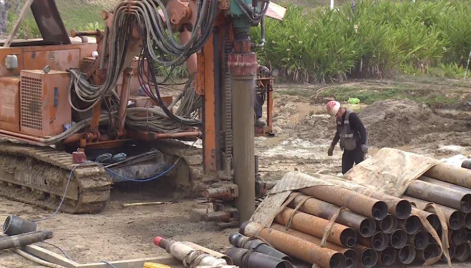大型機具鑿井,開發地下水體。圖/台視新聞