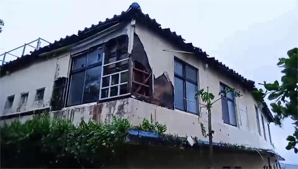 璨樹襲擊蘭嶼「今年最大浪頭」 民宅摧毀、水塔砸落...