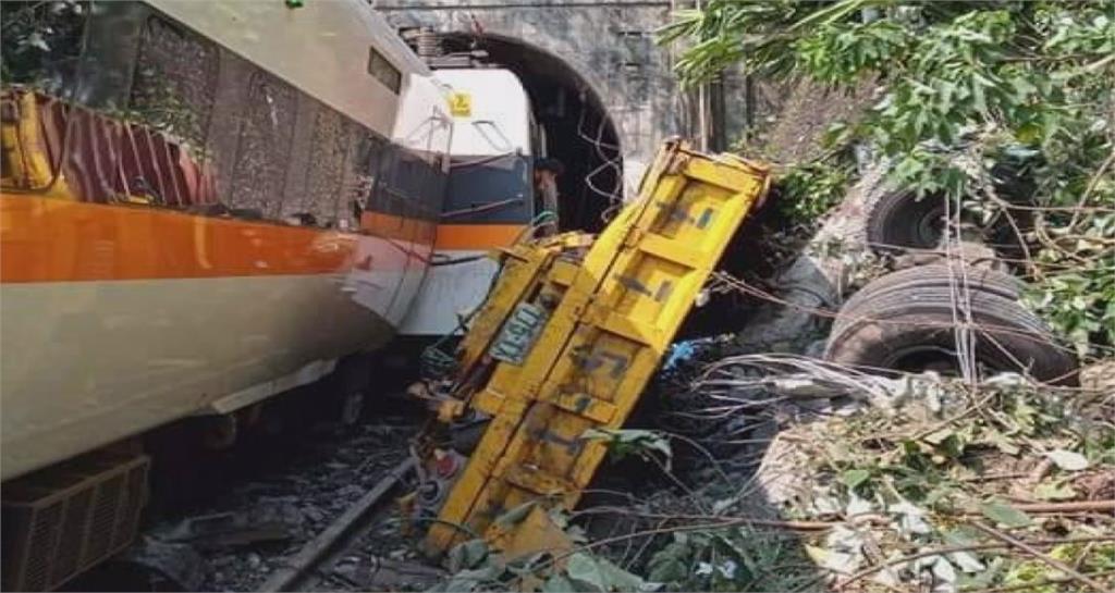 工程車滑落邊坡造成太魯閣出軌。圖/台視新聞