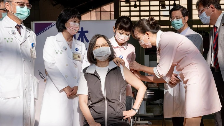 總統蔡英文8月23日接種高端疫苗第一劑。圖/資料照,總統府提供