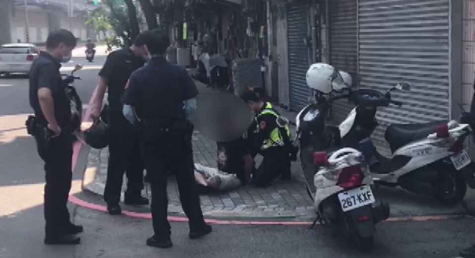 警方將犯嫌壓制在地。圖/警方提供