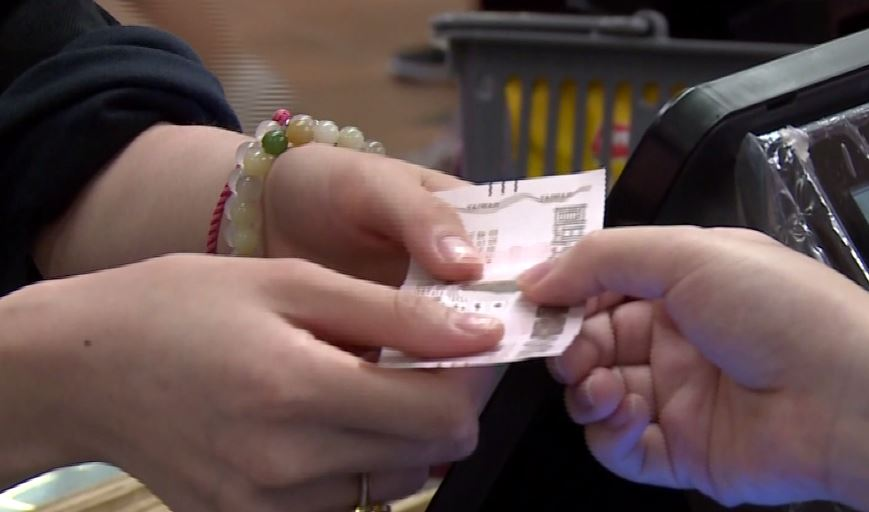 政府規劃,持有永久居留證者及各國外交官員都可以領券。圖/台視新聞(資料照)