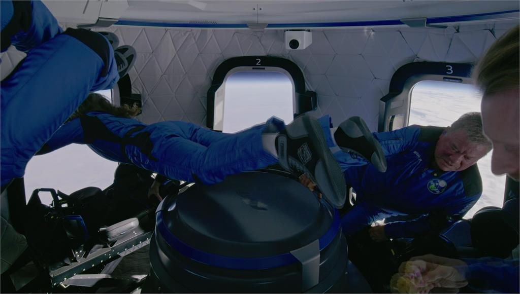 男星威廉·沙特納搭乘藍色起源載具飛向太空。圖/翻攝自AP Direct