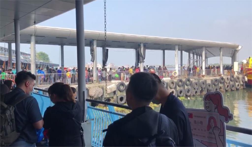 東港碼頭擠滿遊客。圖:台視新聞
