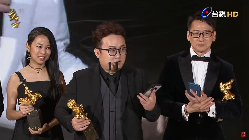 〈刻在〉作者謝佳旺(中)、許媛婷(左)、陳文華(右)於第57屆金馬獎頒獎典禮。圖/台視(資料畫面)