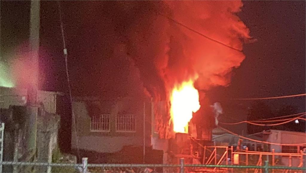 18日晚間,高雄左營區一間鐵皮民宅驚傳惡火。圖/台視新聞