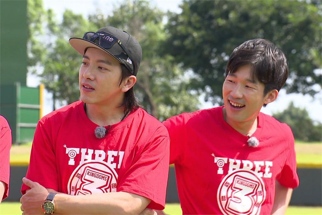 謝坤達(左)及梅賢治雙男神來到節目中。圖/台視