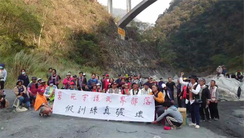 大批部落居民高舉布條抗議。圖:台視新聞